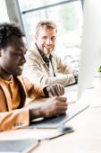 selektivní zaměření dvou multikulturních podnikatelů pracujících společně v úřadu