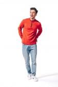 pohledný veselý muž v červeném svetru, izolovaný na bílém