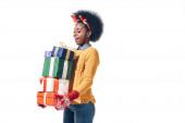 glücklich afrikanisch-amerikanisches Mädchen in Hirschhörnern mit Weihnachtsgeschenken, isoliert auf weiß