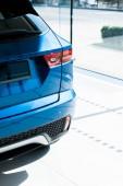 modré a lesklé auto v autosalonu