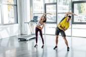 Fényképek sportoló és sportoló nő együtt edz a sportközpontban