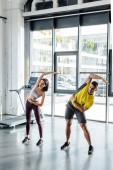 sportoló és sportoló nő együtt edz a sportközpontban