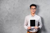 usměvavý asijský seo manager drží digitální tablet s kopírovacím prostorem