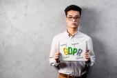 ázsiai üzletember kezében papír gdpr betűkkel és nézi a kamera