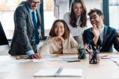 selektivní zaměření veselých podnikatelů a šťastné multikulturní podnikatelky v úřadu