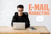 Asijské seo manažer pomocí notebooku a posezení v blízkosti ilustrace s e-mail marketing ilustrace