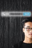 oříznutý pohled na asijského muže v brýlích a ilustrace vyhledávací lišty