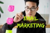 Asijský seo manažer psaní na sklo s ilustrací e-mailového marketingu psaní