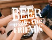 oříznutý pohled multikulturních přátel cinkajících sklenicemi s pivem v hospodě s pivem s ilustrací přátel