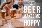 abgeschnittene Ansicht von Frauen mit Gläsern leichten Bieres, während sie mit Freunden in der Kneipe neben Bier sitzen, macht mich moppig Illustration