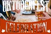 abgeschnittene Ansicht von Freunden, die Bier trinken und Snacks in der Kneipe mit Oktoberfest-Feier essen Illustration