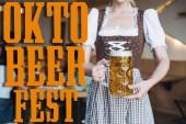 Teilansicht der Kellnerin in deutscher Tracht mit einem Becher Leichtbier in der Nähe des Oktoberfests Illustration