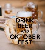 Draufsicht auf Bratwürste, Zwiebelringe, Pommes, Brezeln und Bierkrüge auf Holztisch im Wirtshaus mit Bier und Oktoberfest-Illustration