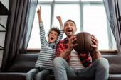 Aufgeregtes Kind und Vater beim Basketball-Zuschauen