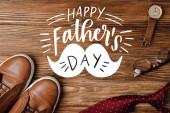 Top kilátás férfi bézs alkalmi cipő, polka pontok piros nyakkendő, karóra és szemüveg fa háttér, boldog apák napi illusztráció