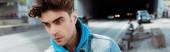 Panoráma orientáció a fiatal férfi néz félre az úton a háttérben