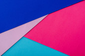 abstraktní geometrické pozadí s růžovým, modrým a fialovým papírem