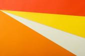 abstraktní geometrické pozadí s bílým, červeným, žlutým a oranžovým jasným papírem