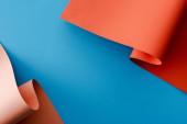 oranžové barevné papírové víří na modrém pozadí