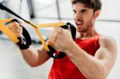 szelektív fókusz az erős sportoló edzés rugalmassági tornaterem