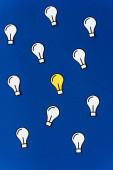 Ansicht von Papierlampen auf blauem Hintergrund, Geschäftskonzept