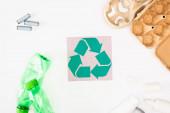 Top kilátás műanyag palackok, karton tojástálca és akkumulátorok közelében kártya újrahasznosítás énekel fehér háttér, ökológia koncepció