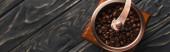 vrchní pohled na vinobraní mlýnku na kávu s kávovými zrny na dřevěném povrchu, panoramatický výstřel