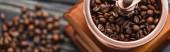 zblízka pohled na vinobraní mlýnek na kávu s kávovými zrny, panoramatický záběr