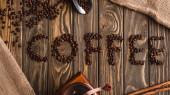 vrchní pohled na kávové písmo z fazolí na dřevěném povrchu