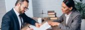 panoramisches Konzept des Geschäftsmannes in Brille bei der Unterzeichnung eines Versicherungsvertrages in der Nähe eines Anwalts