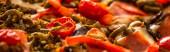 zblízka pohled na vynikající italskou pizzu se zeleninou a salámem, panoramatický záběr