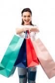 szelektív fókusz nő gazdaság bevásárló táskák elszigetelt fehér