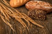 čerstvé pečené chlebové bochníky s hřeby na dřevěném povrchu