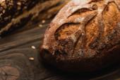 selektivní zaměření čerstvě pečené bochníku chleba na dřevěný povrch