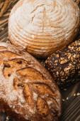 zblízka pohled na čerstvé pečené chlebové bochníky na dřevěném povrchu
