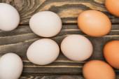 Draufsicht auf frische Hühnereier auf Holzoberfläche