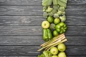 vrchní pohled na čerstvé zelené ovoce a zeleninu na dřevěném povrchu