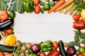 vrchní pohled na čerstvou zralou zeleninu a ovoce na dřevěném bílém pozadí