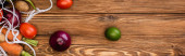 felső kilátás friss érett zöldségek szétszórva húrtáska fa asztal, panoráma lövés