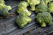 zblízka pohled na čerstvou zelenou brokolici na dřevěném povrchu