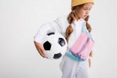 blondýna dívka ve sportovním oblečení s fotbalovým míčem izolované na bílém