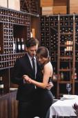 Selektivní zaměření elegantního páru tance v restauraci