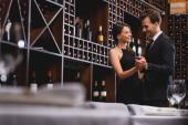 Eleganter Paartanz mit Weinflaschen im Restaurant