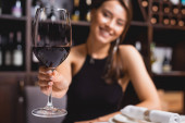 Szelektív fókusz a nő bemutató üveg bor étteremben