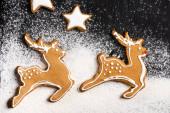 Top kilátás mézeskalács cookie-k alakja csillagok és szarvasok cukorpor
