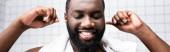 panoráma lövés afro-amerikai férfi tisztító fül-val fül botokkal