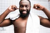 portré afro-amerikai férfi tisztító fül örömmel