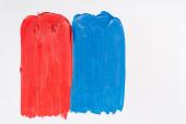 horní pohled na abstraktní barevné modré a červené barvy tahy štětcem na bílém pozadí