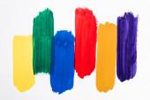 horní pohled na abstraktní barevné tahy štětcem na bílém pozadí