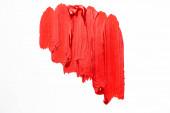 horní pohled na abstraktní barevné červené barvy tahy štětcem na bílém pozadí